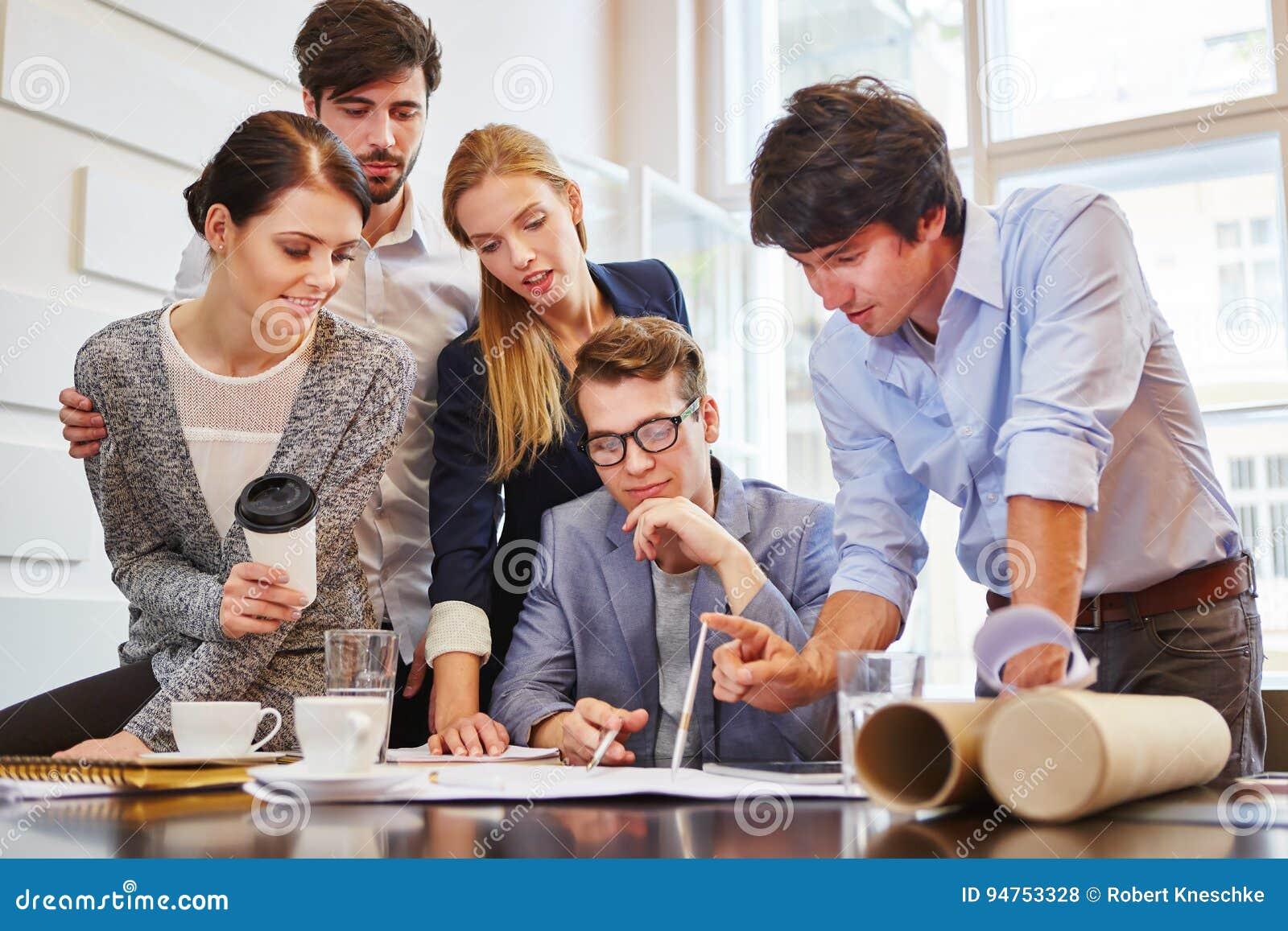 Ordynacyjny uruchomienie drużyny brainstorming