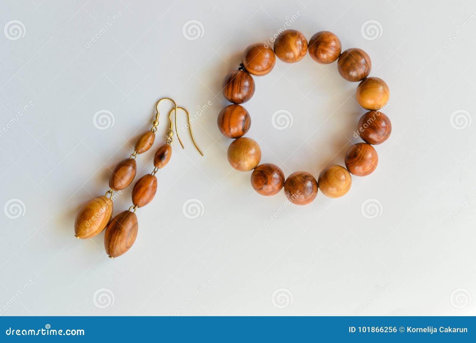 Orecchini fatti a mano e braccialetto fatti di legno verde oliva