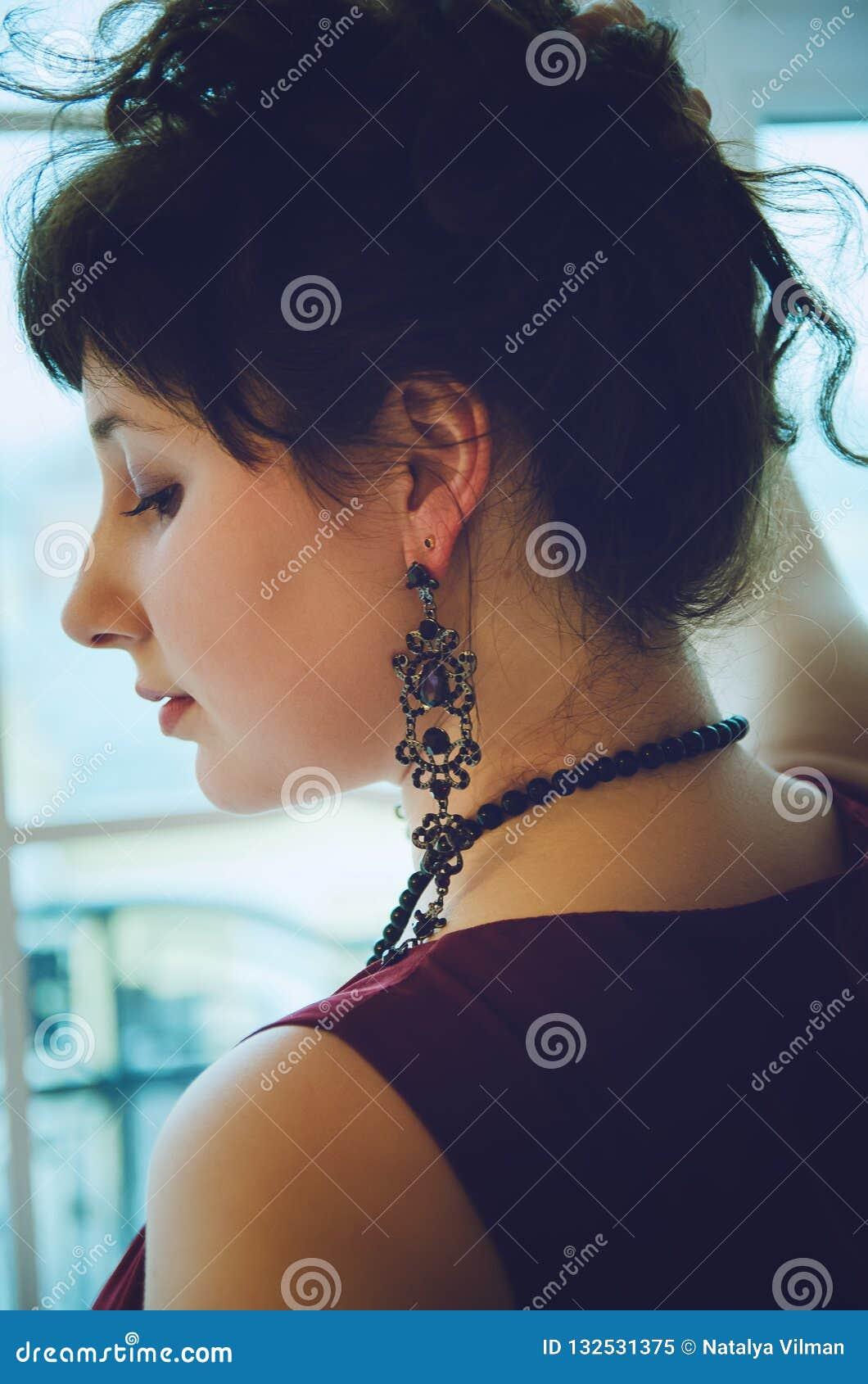 Orecchino sull orecchio del ` s della donna Primo piano