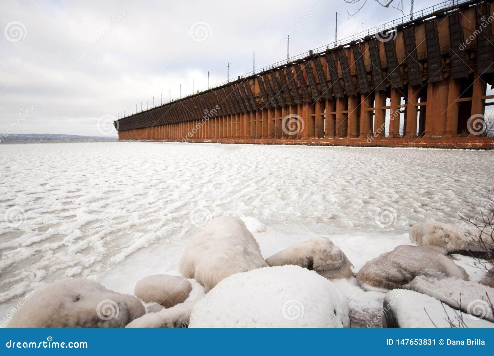 Oredock sur le lac Supérieur congelé