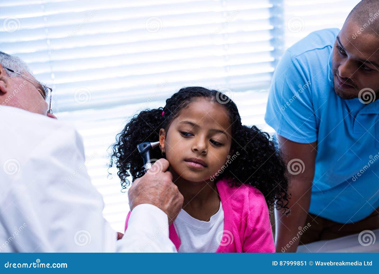 Oreille de examen de patients de docteur avec l otoscope
