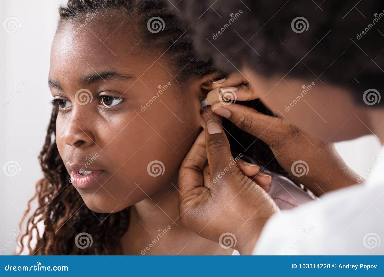 Oreille du ` s d hospitalisé de docteur Putting Hearing Aid