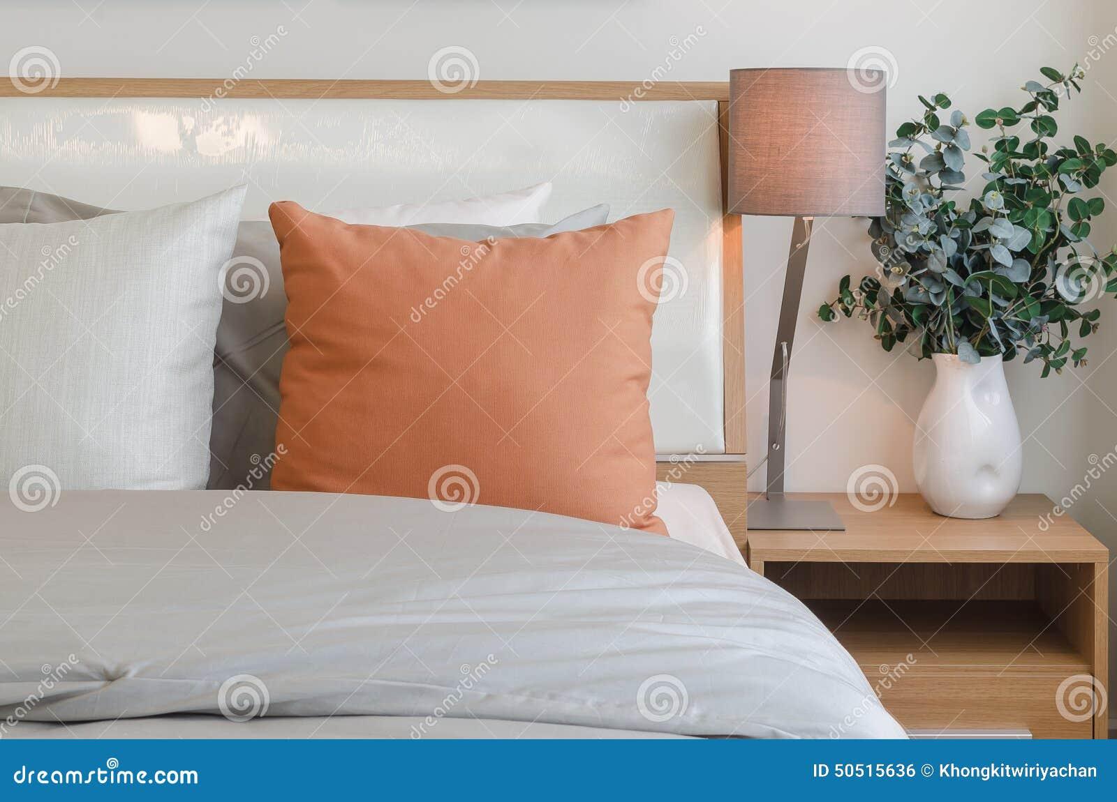 Oreiller Orange De Couleur Sur Le Lit Blanc Dans La Chambre à ...