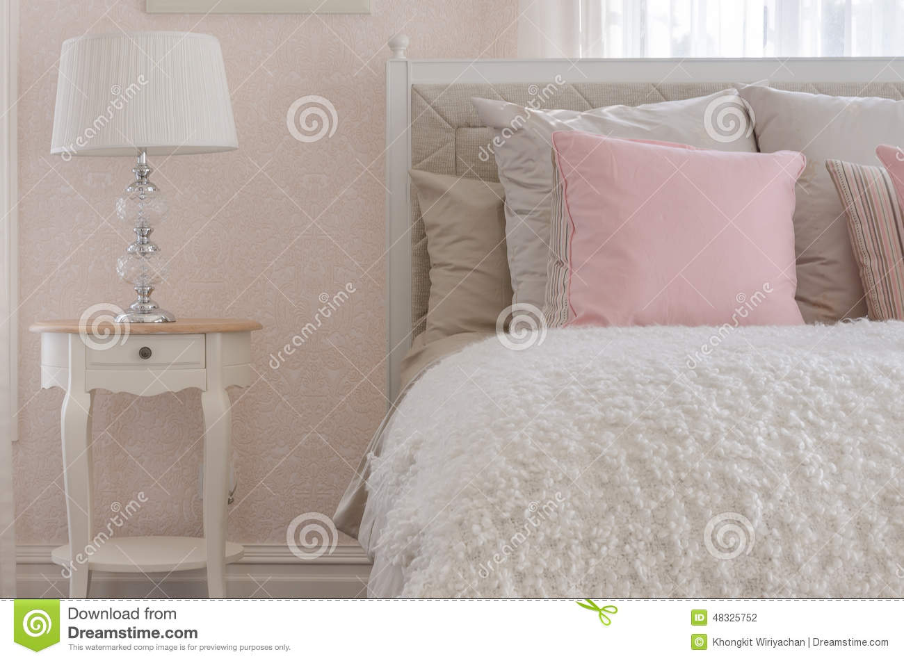 oreiller rose sur le lit de luxe blanc dans la chambre coucher photo stock image 48325752. Black Bedroom Furniture Sets. Home Design Ideas