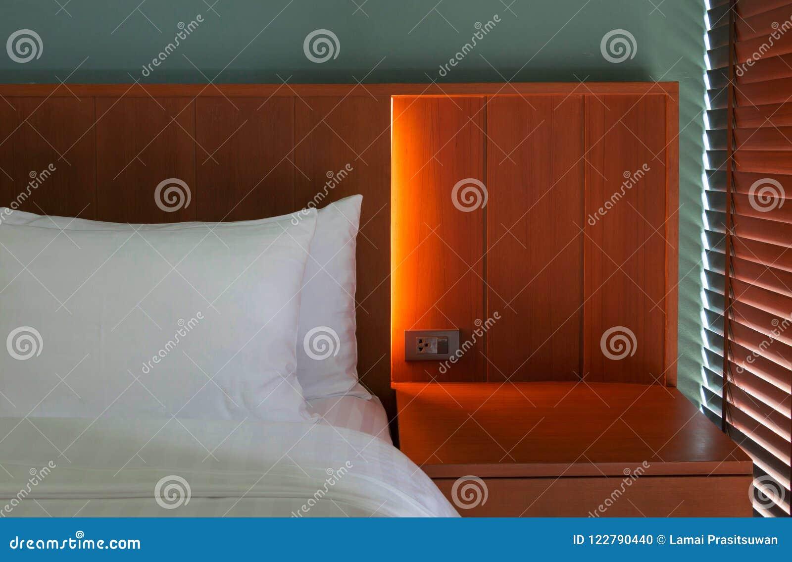 Tete De Lit Contre Radiateur oreillers blancs sur la tête de lit photo stock - image du