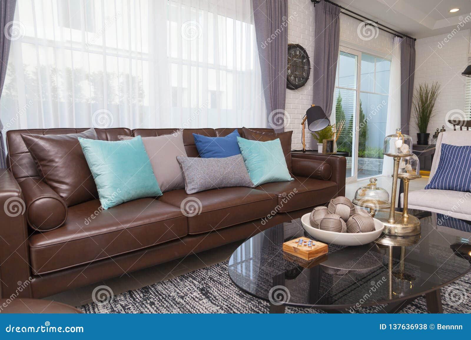 Oreillers Bleus Et Gris Sur Le Sofa En Cuir Dans Le Salon ...