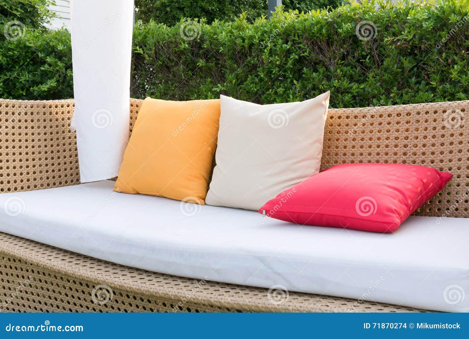Oreillers modernes d osier et de couleur de sofa