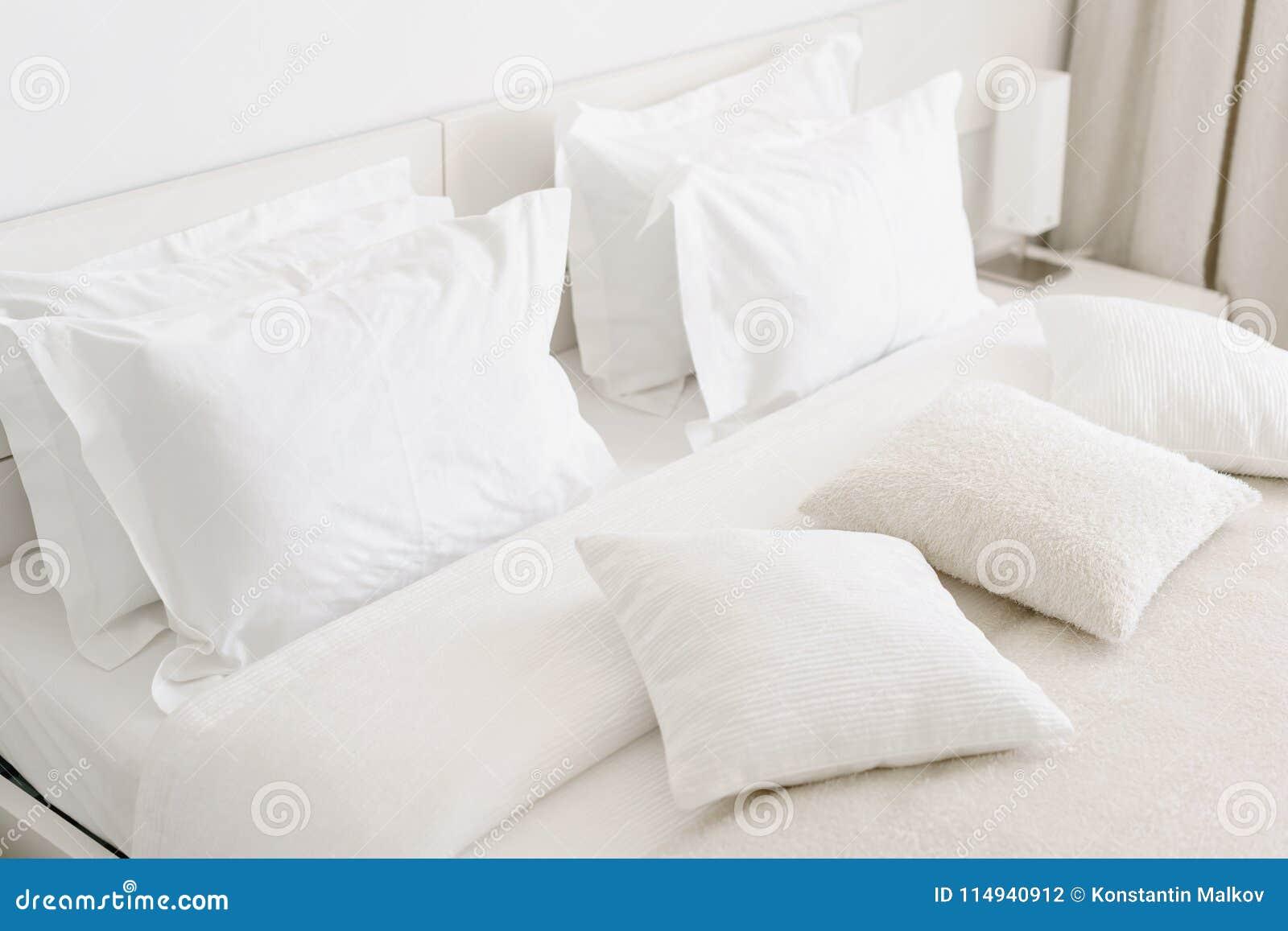 Oreillers Mous Confortables Sur Le Lit Feuilles Blanches En Gros