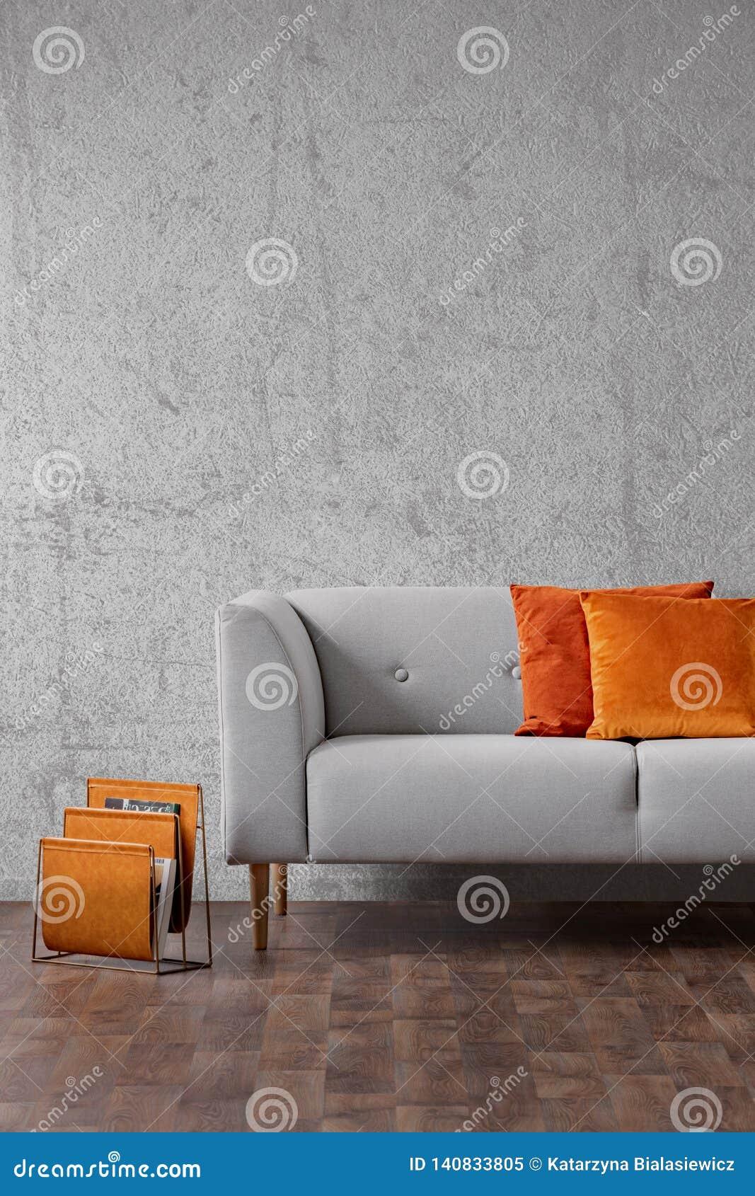 Oreillers Oranges Sur Le Canape Gris Dans L Interieur De