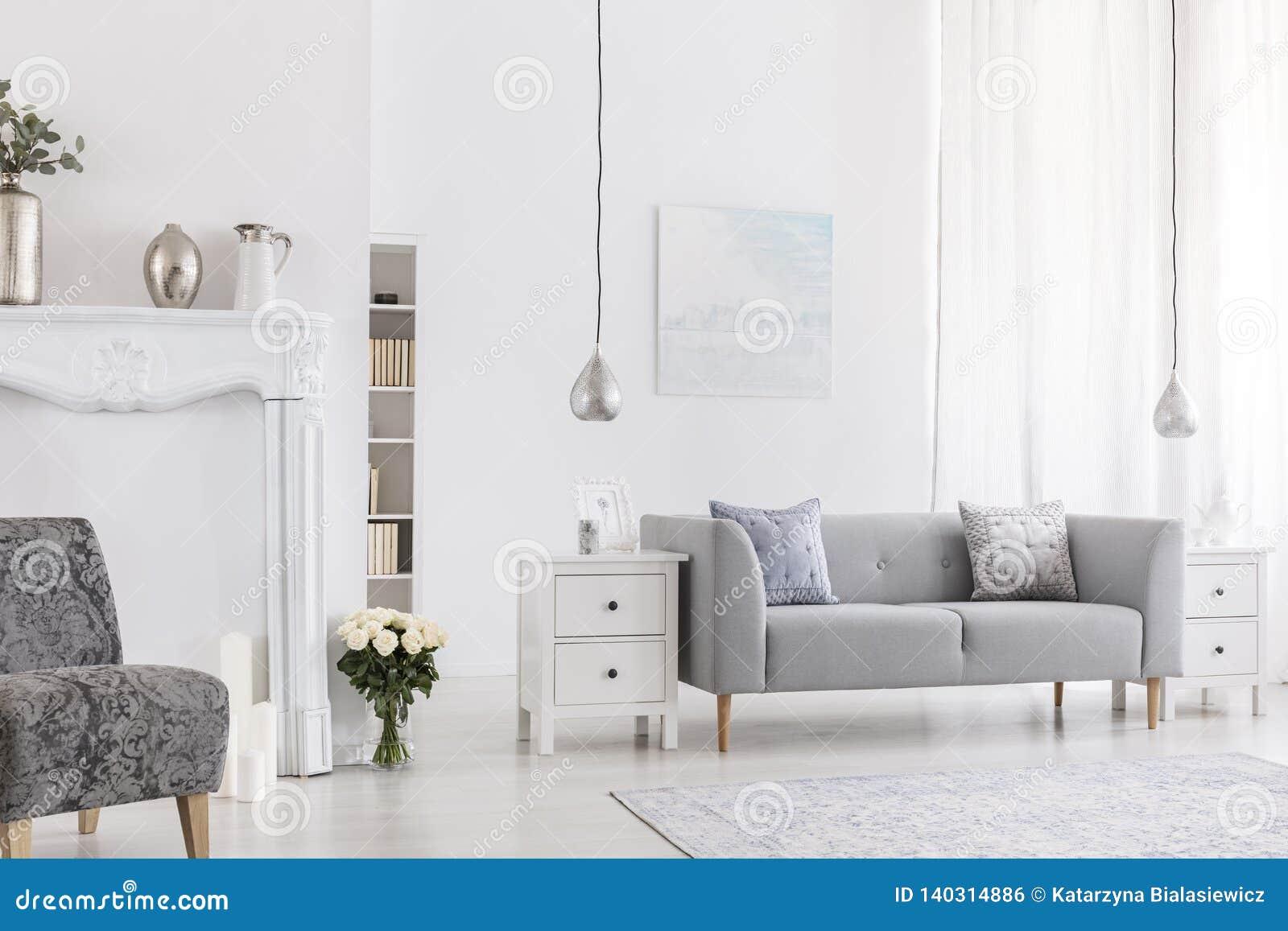 Oreillers Sur Le Canape Gris Dans Le Salon Blanc Interieur