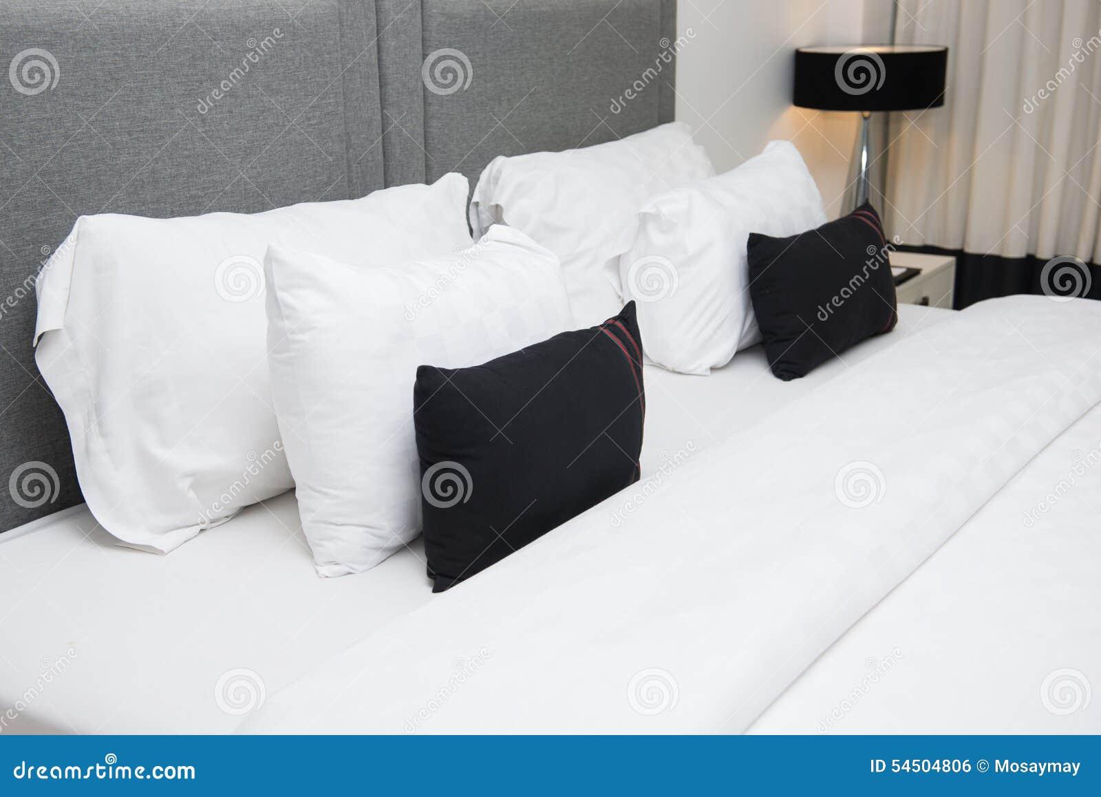 Oreillers sur le lit dans la chambre à coucher