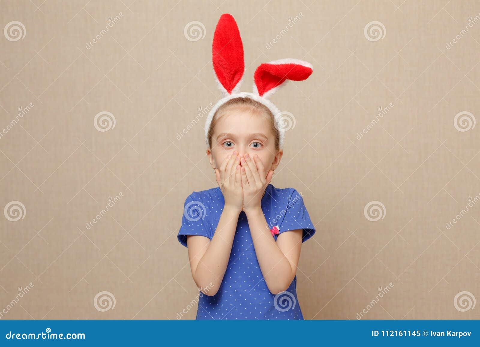 Oreilles de port de lapin de fille mignonne de petit enfant le jour de Pâques