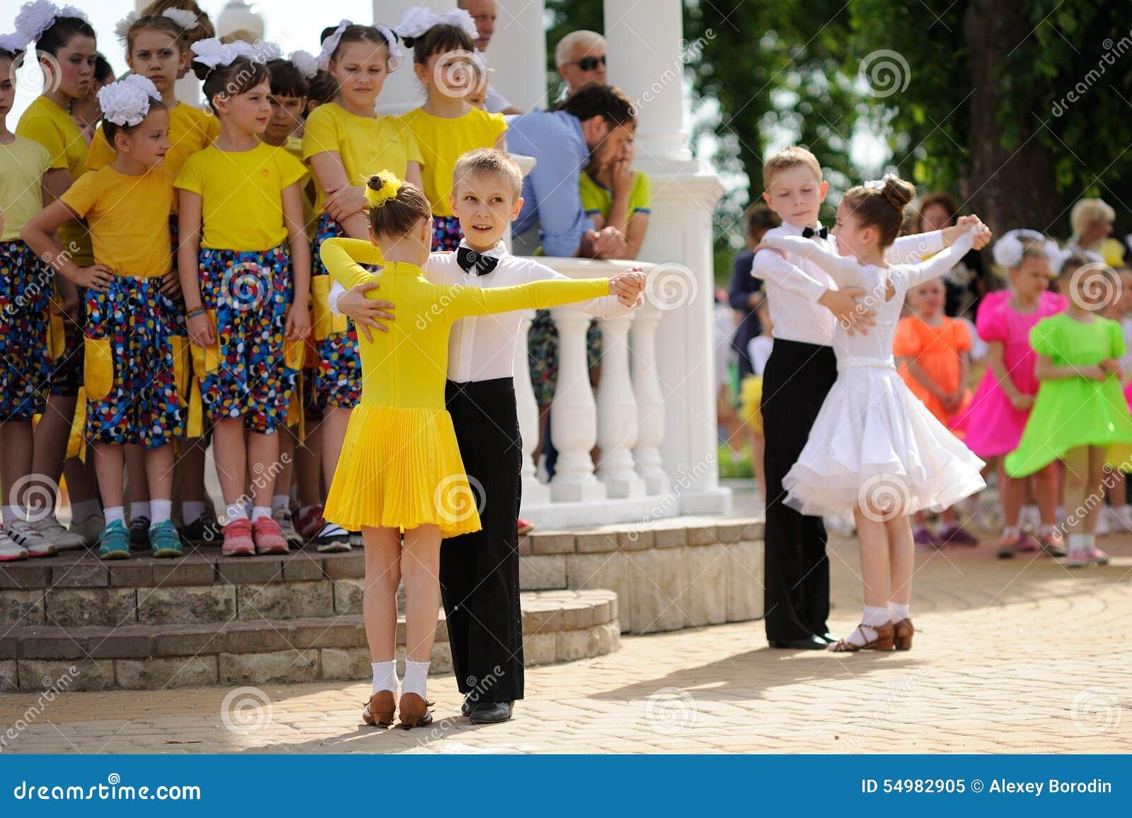 Orel, Rusia - 1 de mayo, 205: El día de los niños, dos pares de childre