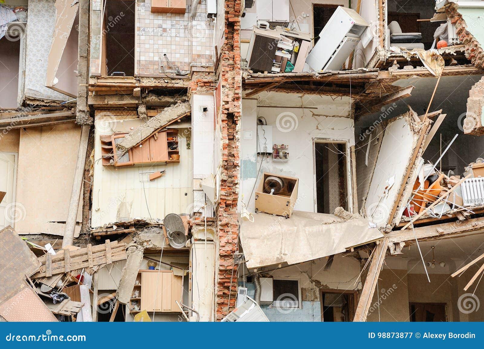 Orel, Rusland, 29 Augustus, 2017: Instorting van oud flatgebouw