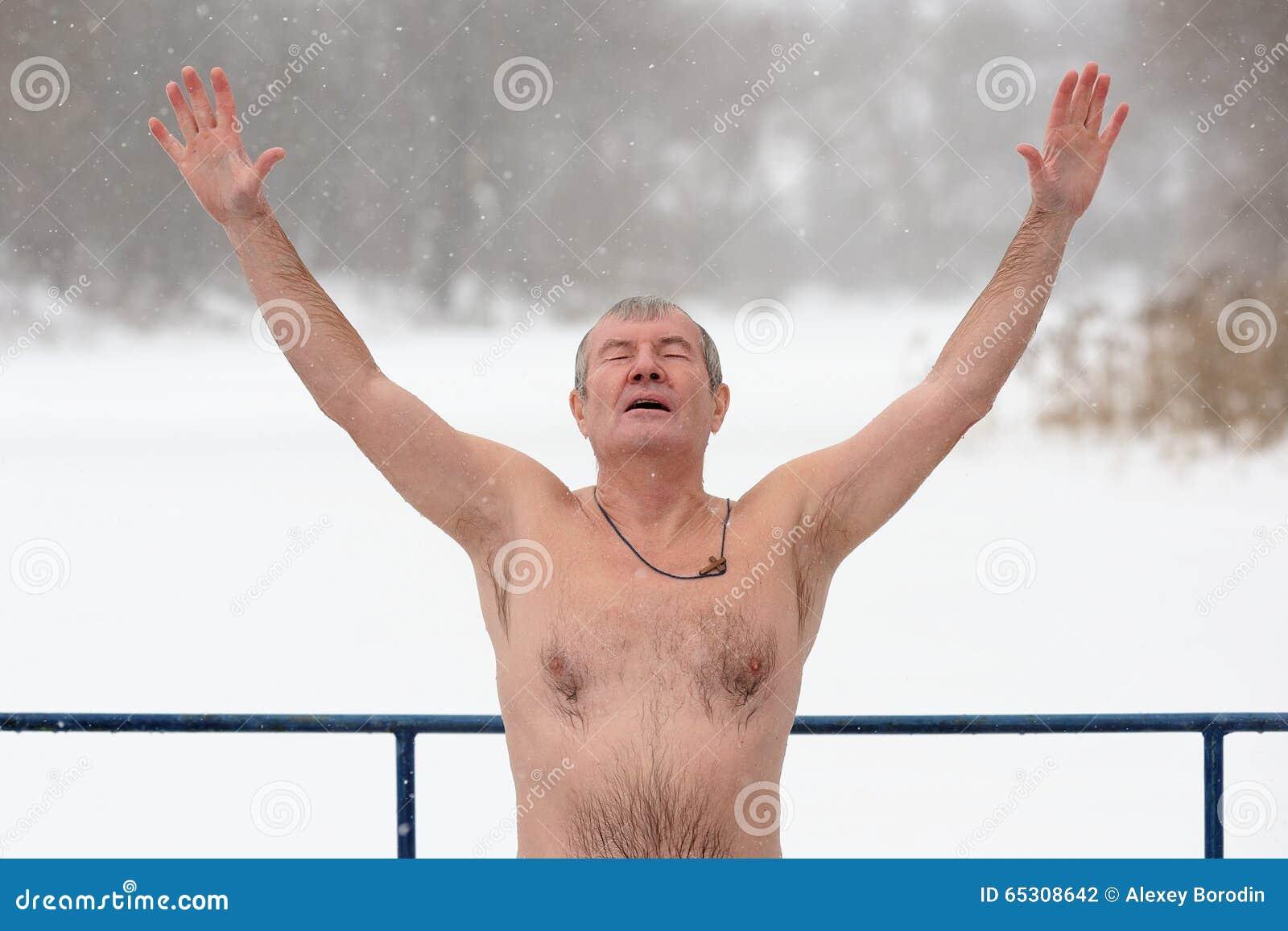 Orel Ryssland - Januari 19, 2016: Rysk epiphanyfestmåltid naket M