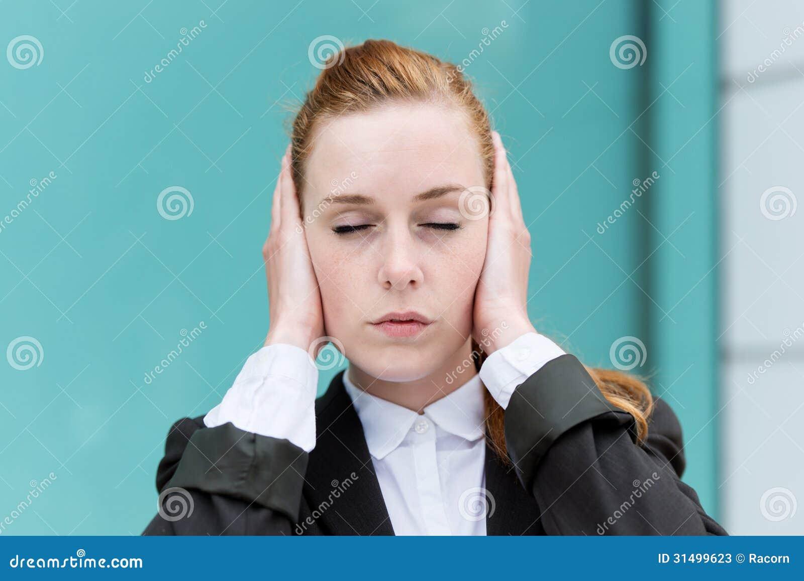 Orelhas da coberta de With Eyes Closed da mulher de negócios