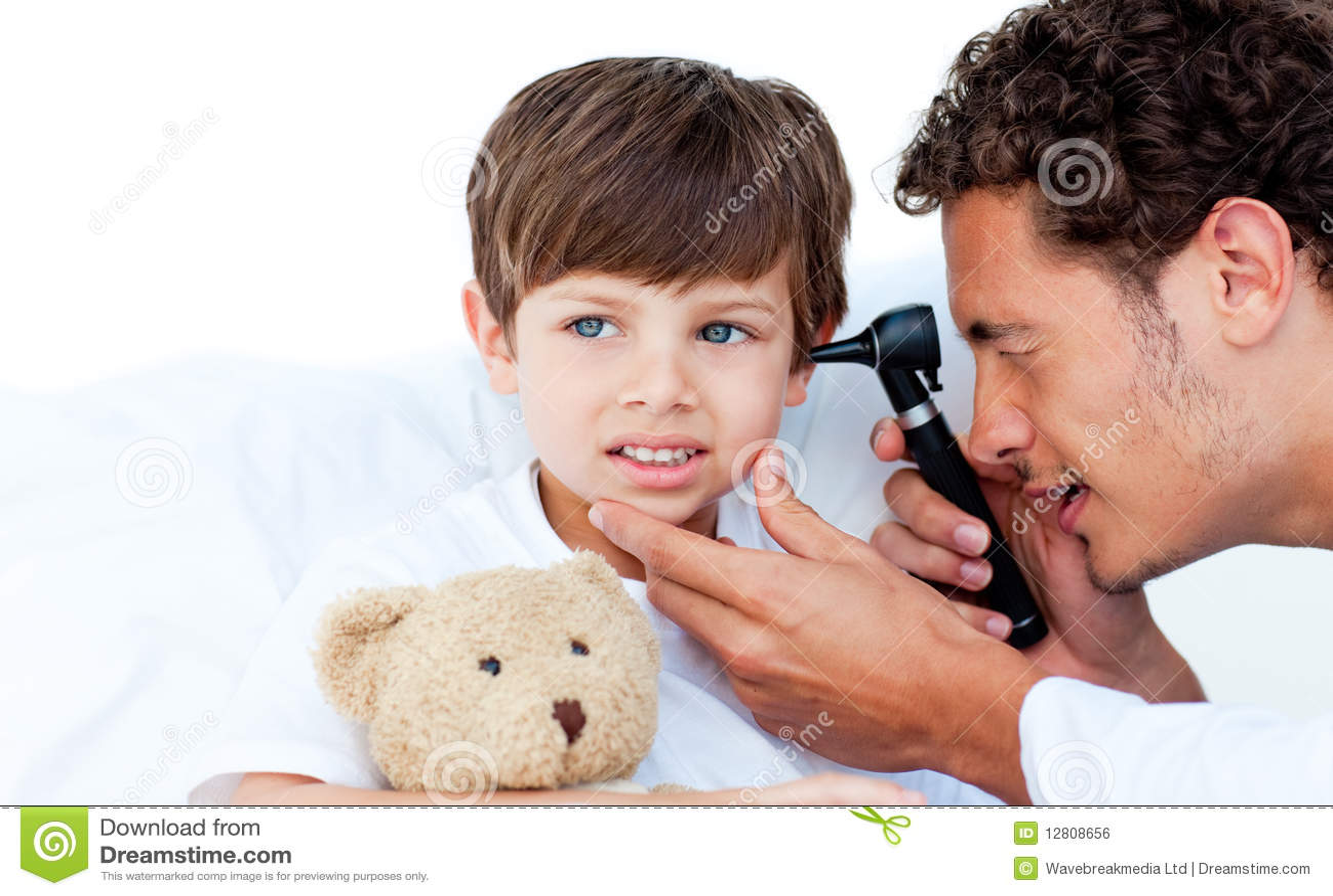 Orelhas do paciente de exame concentrado do doutor