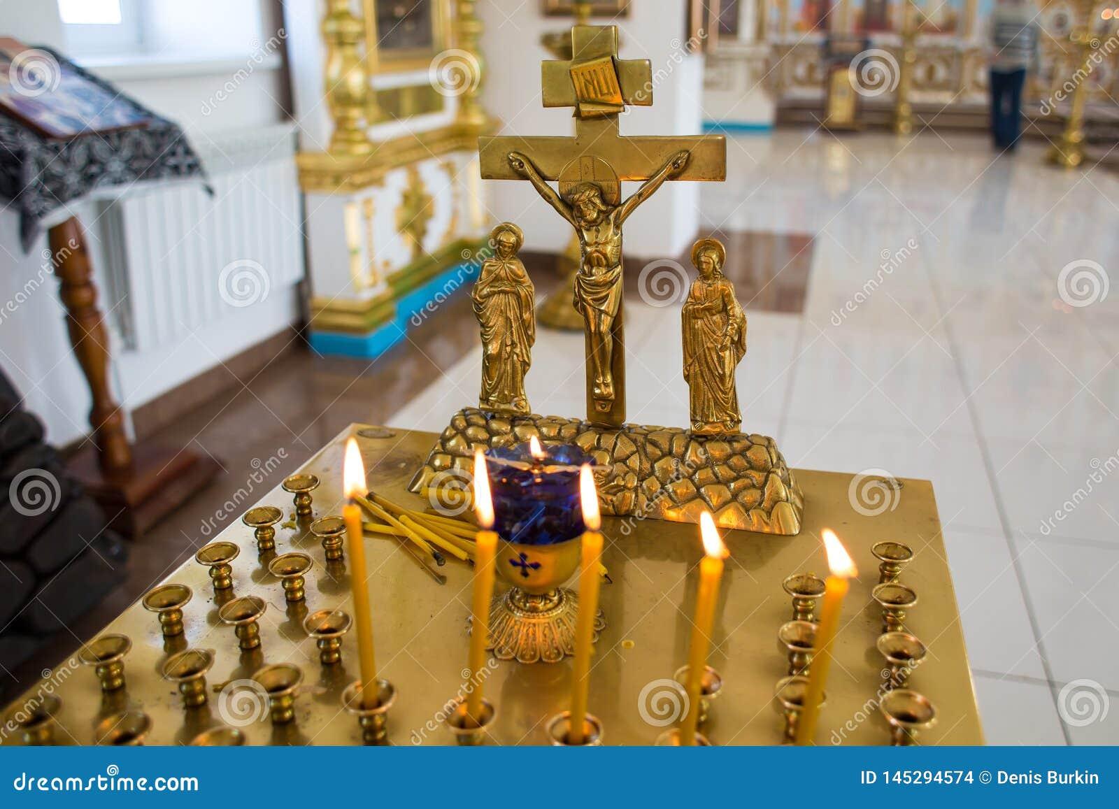 Orenbourg, Federation-2 russe Aprel 2019 la bougie et la croix dans l église orthodoxe