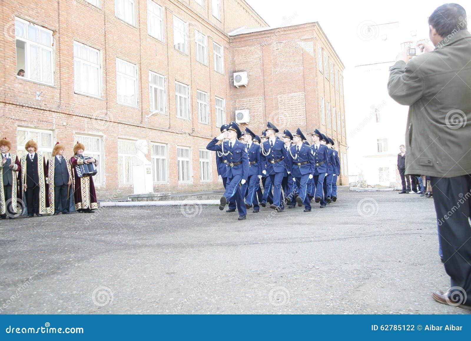 Orenbourg Marche de cadets 2010 Sur un fond - Bachkirs dans des vêtements nationaux