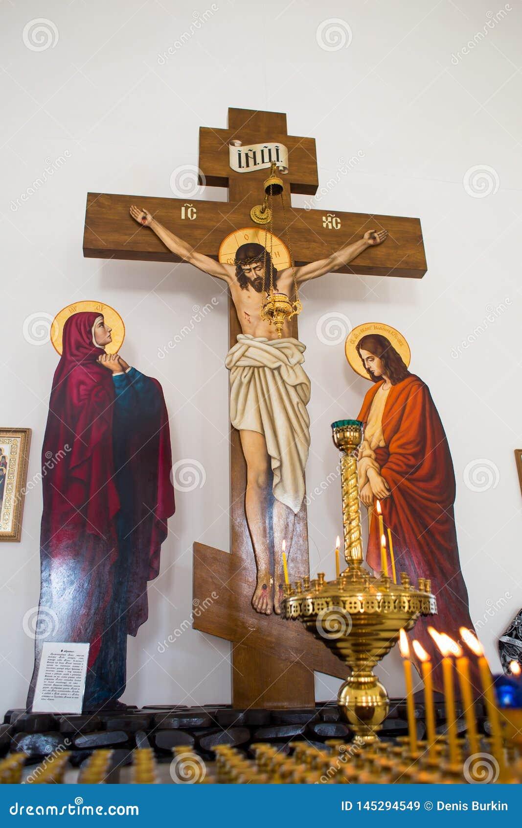 Orenburg, Federation-2 ruso Aprel 2019 la composición de la crucifixión de Cristo en la cruz en medio de velas