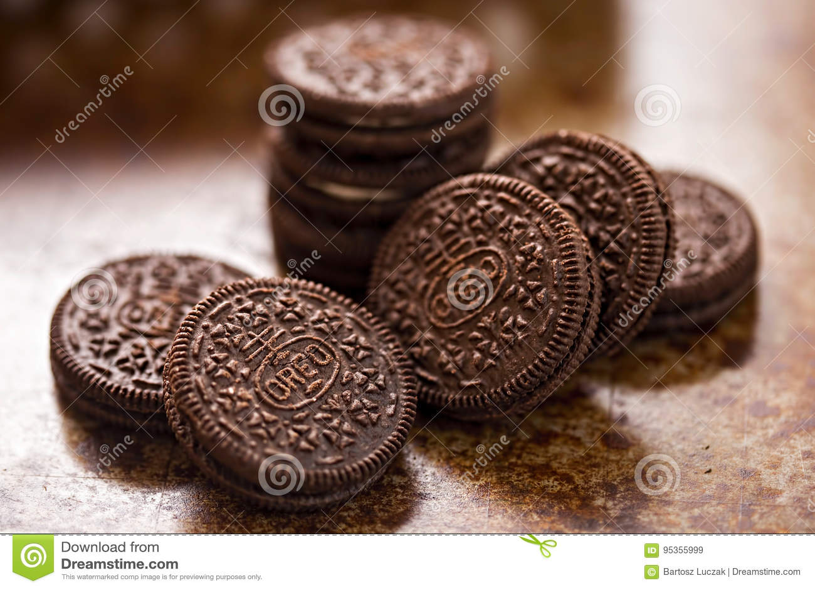 Oreo kakor på bakgrund för mörk brunt