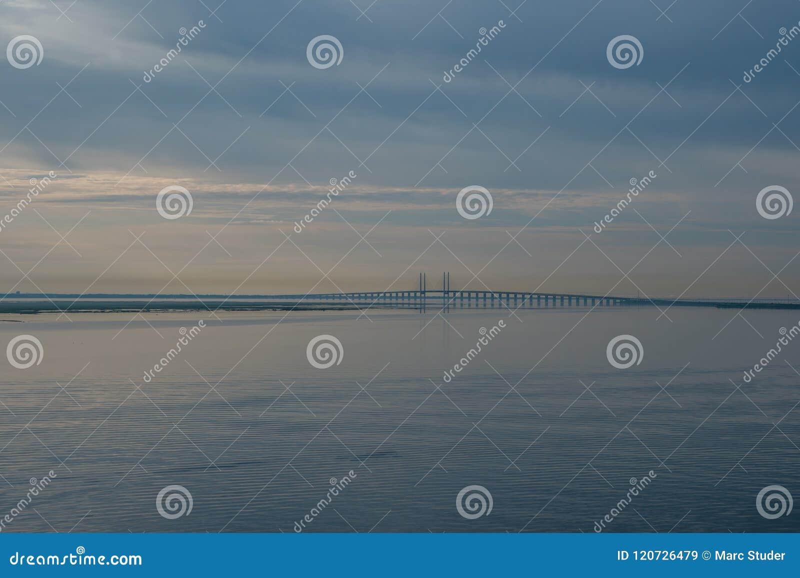 Oresund bro i Danmark under soluppgång som ses från curiseship