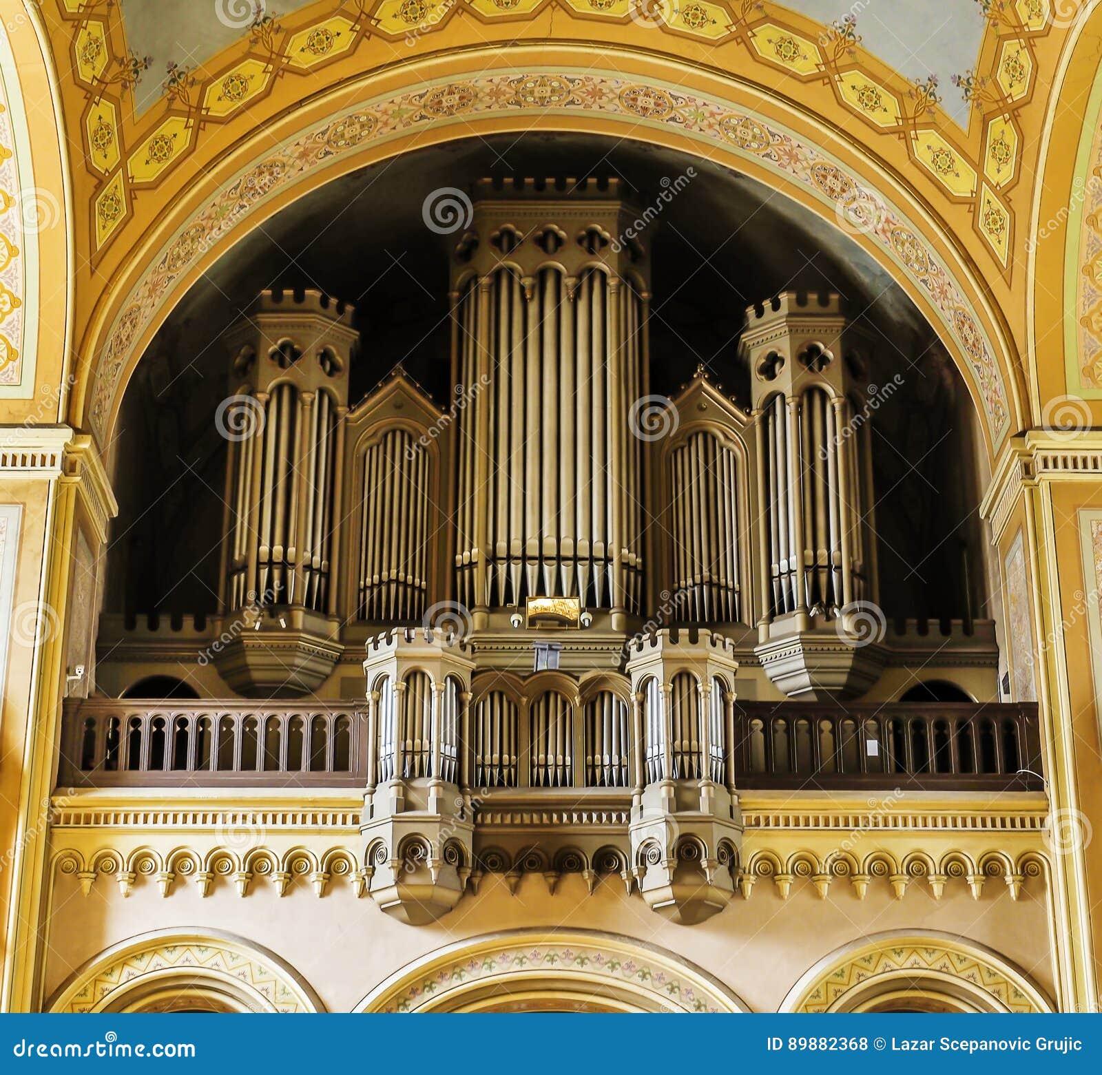 Organe à l intérieur d une vieille église catholique