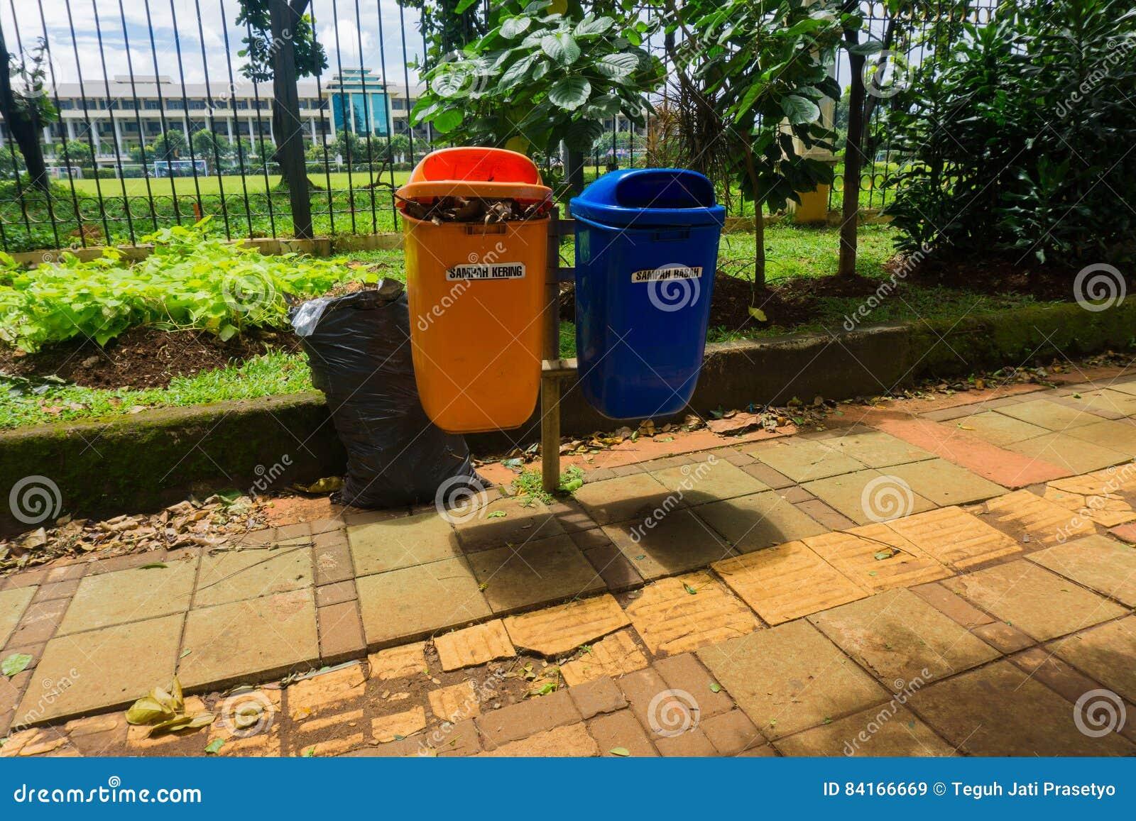 Organische en unorganic afvalbak in voetdiefoto in Djakarta Indonesië wordt genomen