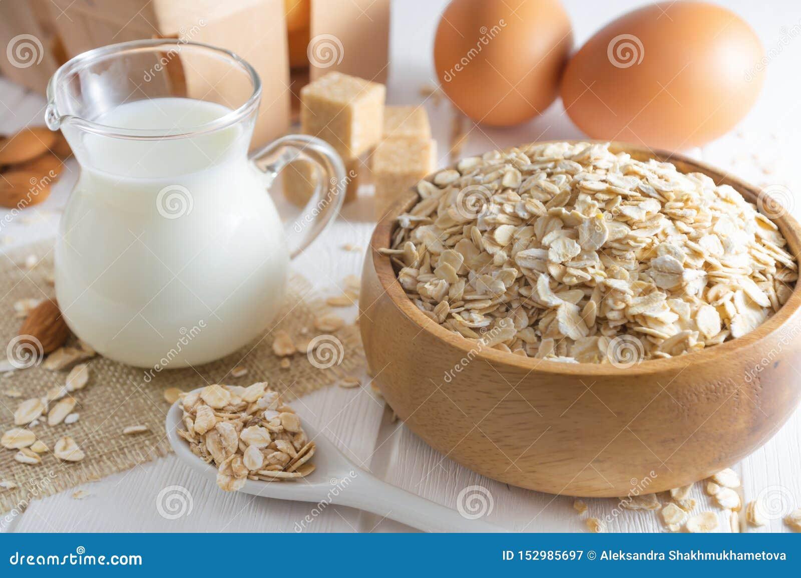 Organische havervlokken, verse melk en eieren gezond ontbijtconcept