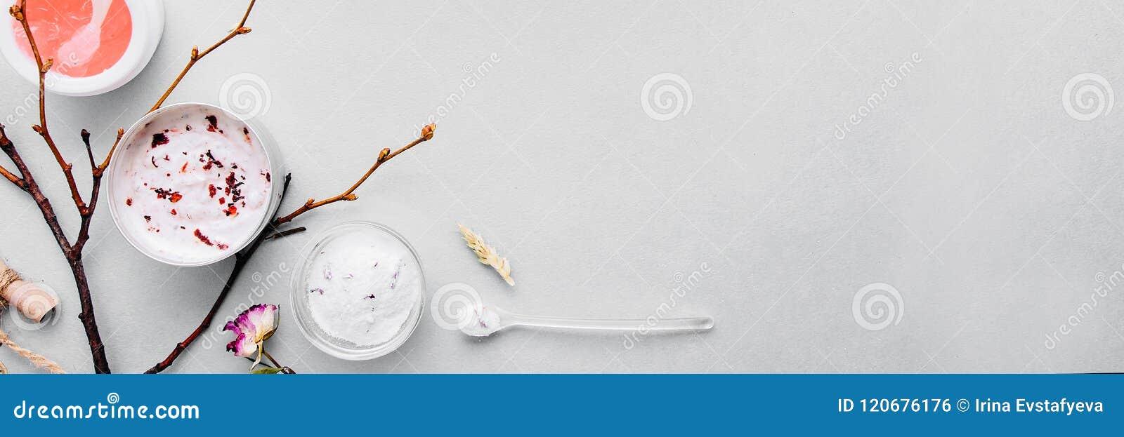 Organische Kosmetik mit handgemachten Gemüsebestandteilen Badekurort, häusliche Pflege: Masken, Schale, scheuern sich Intensive N