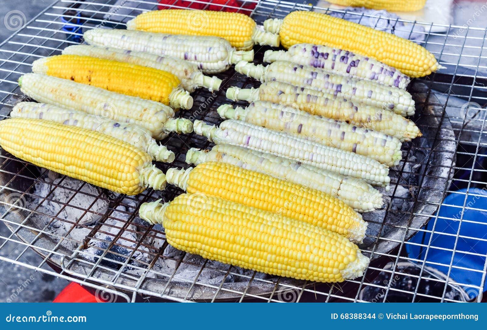 Organischer gegrillter Maisverkauf auf Straßenmarkt