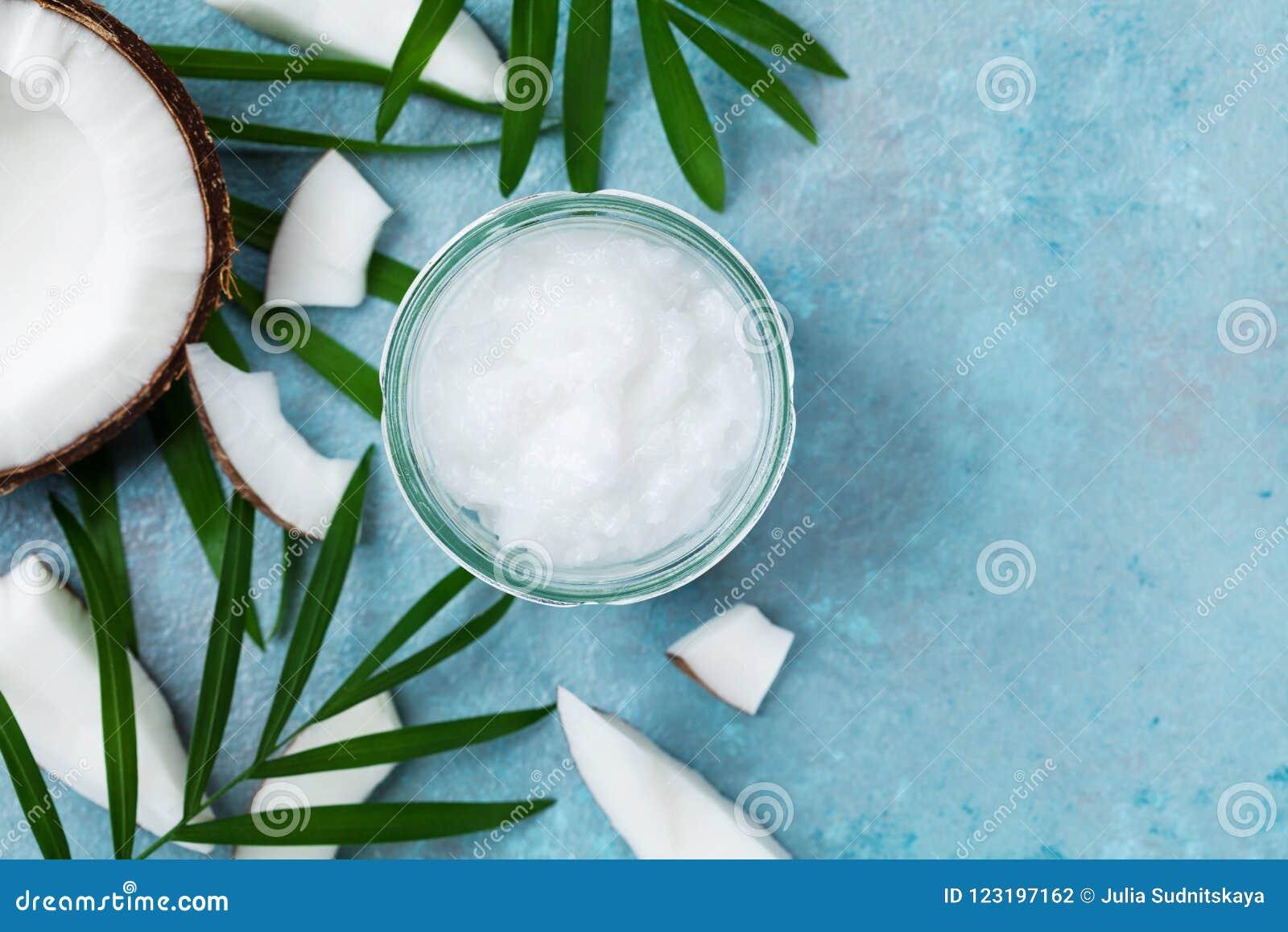 Organischer Kokosnussöl in der Draufsicht der Glas- und Kokosnussfrucht Badekurortkosmetik und -Lebensmittelinhaltsstoff Flache L