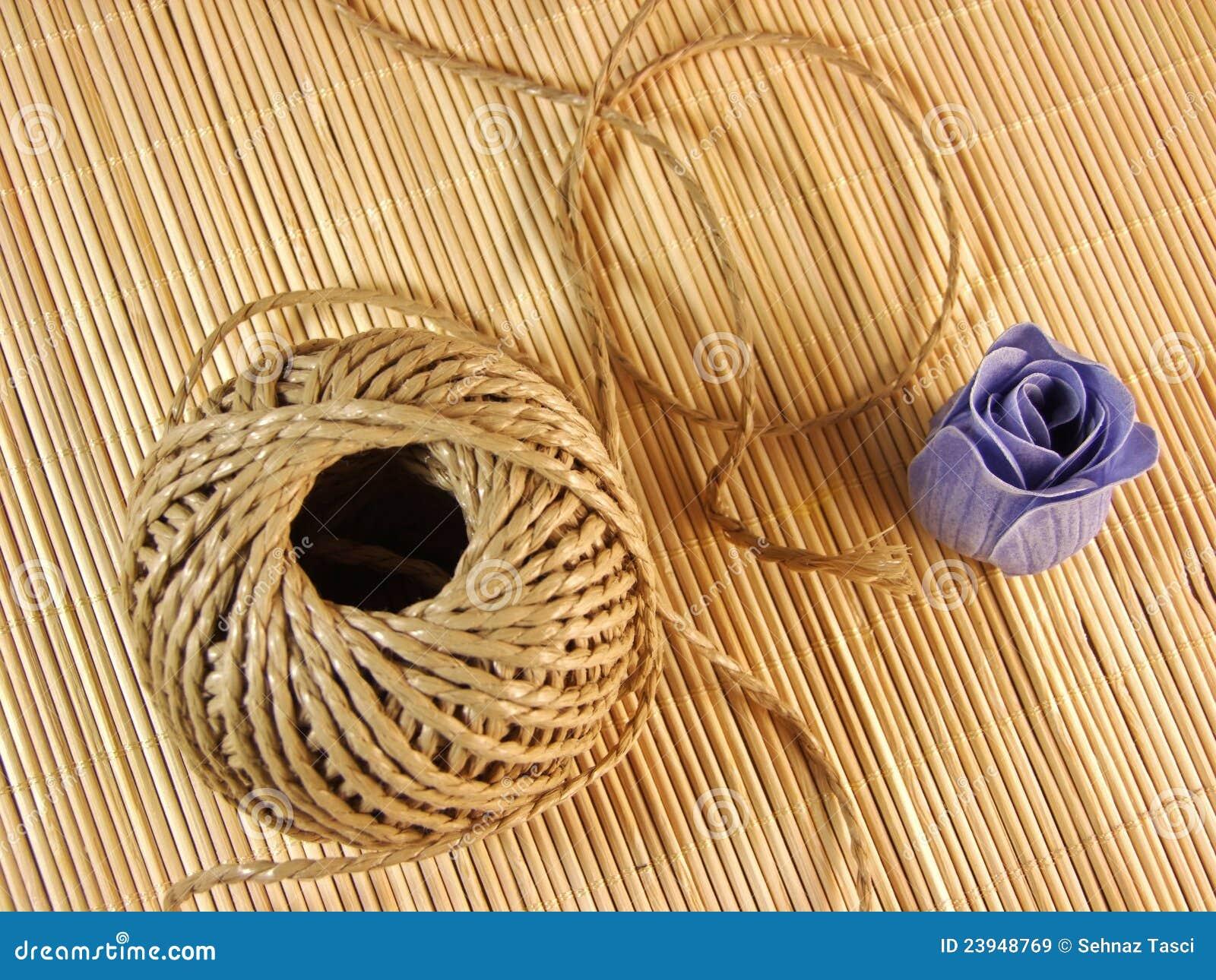 Organisches Hanfseil mit Papierseife auf Bambustabelle