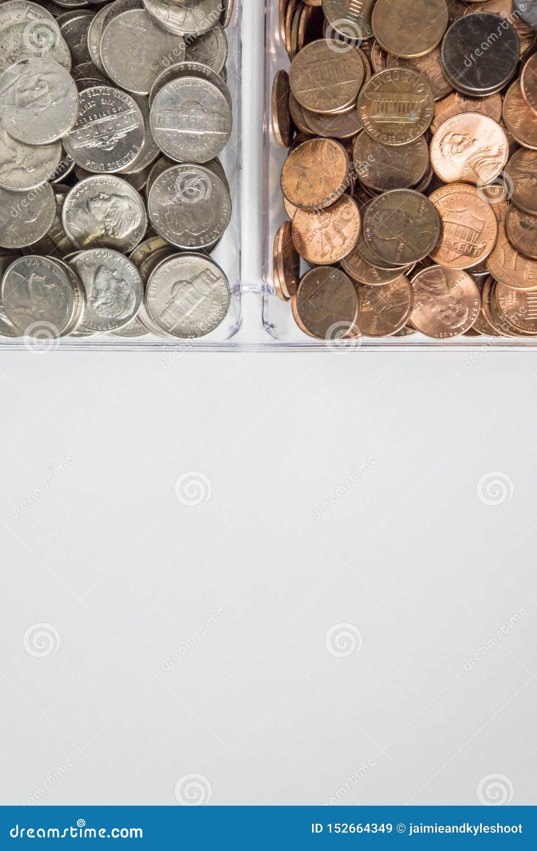 Organisierte lose Münzenänderung auf Oberseite, leerer leerer Raumraum für Textunterseite