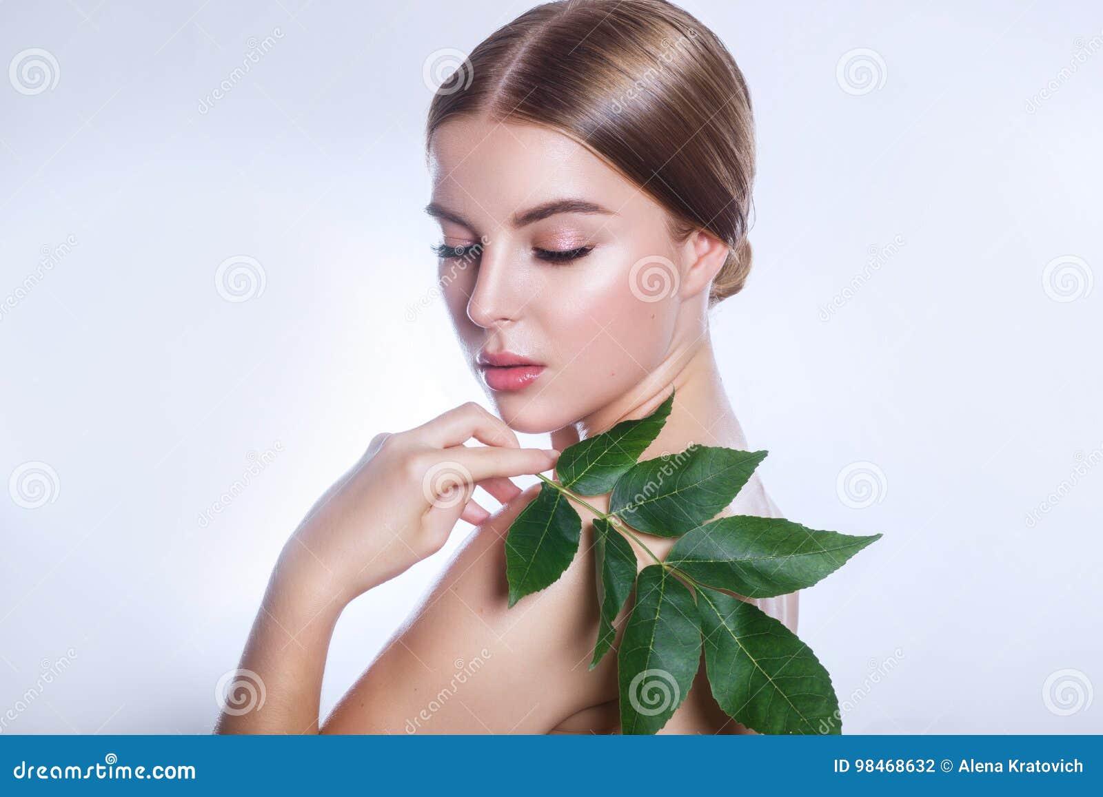 Organisk cosmetic Härlig kvinnaframsidastående med det gröna bladet, begreppet för hudomsorg eller organiska skönhetsmedel