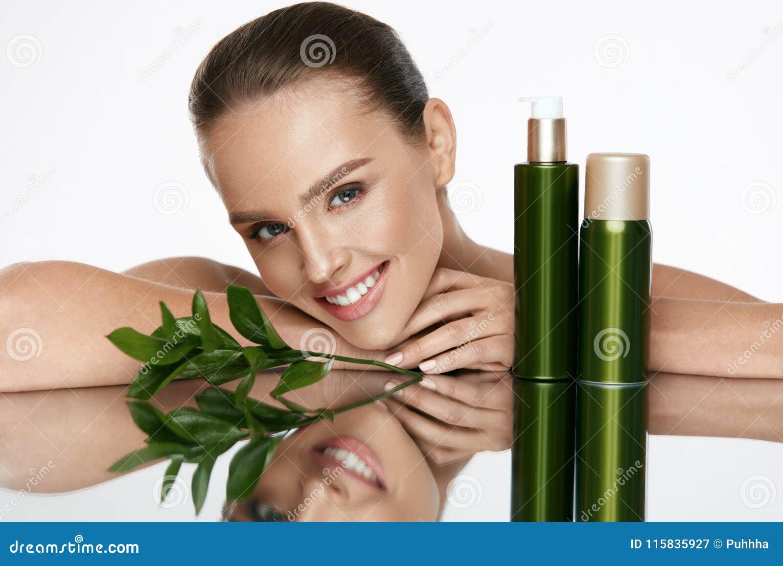 Organisk skönhet Ung kvinna med sund ansikts- hud