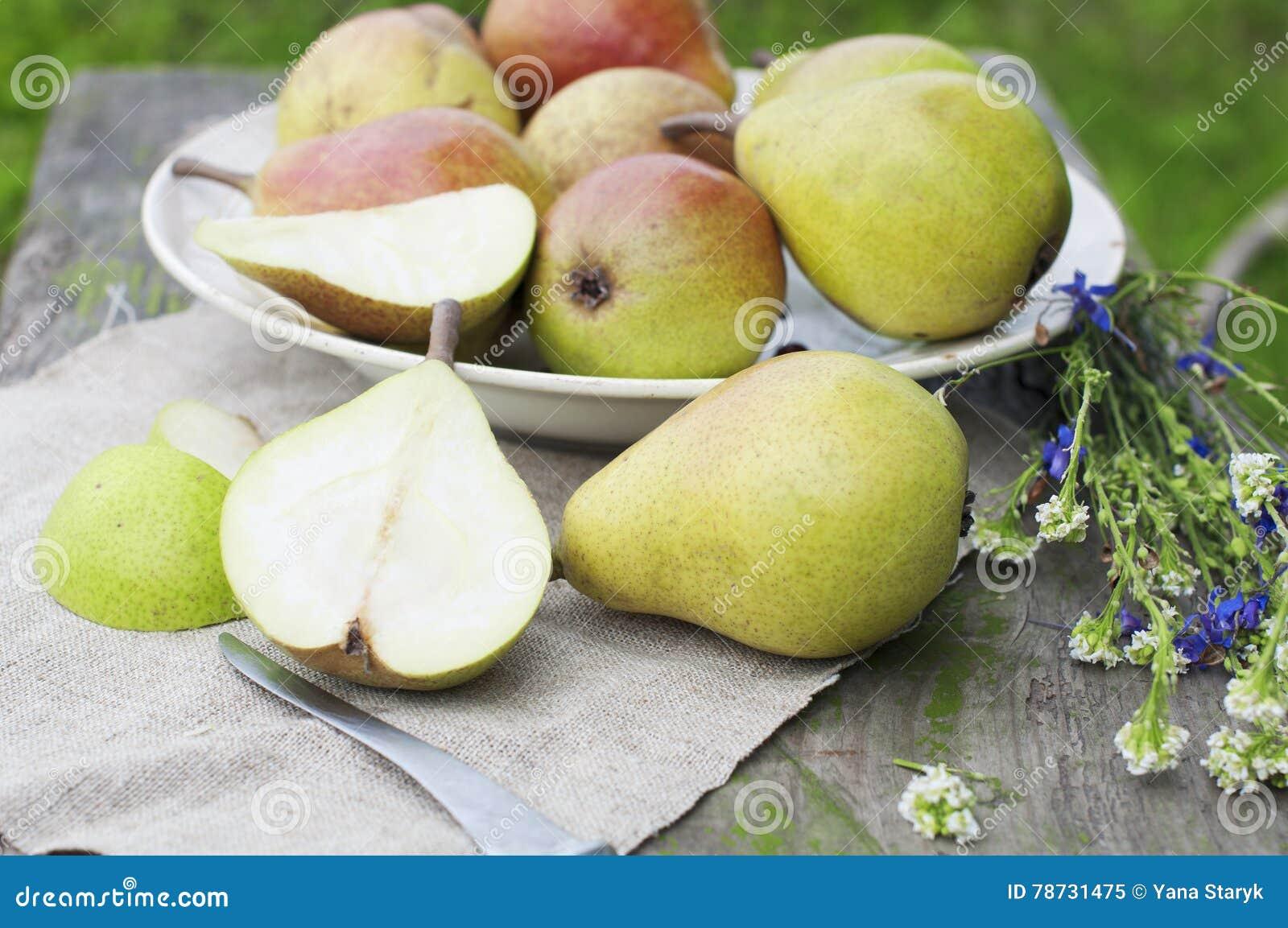 Organiska päron på trätabellen