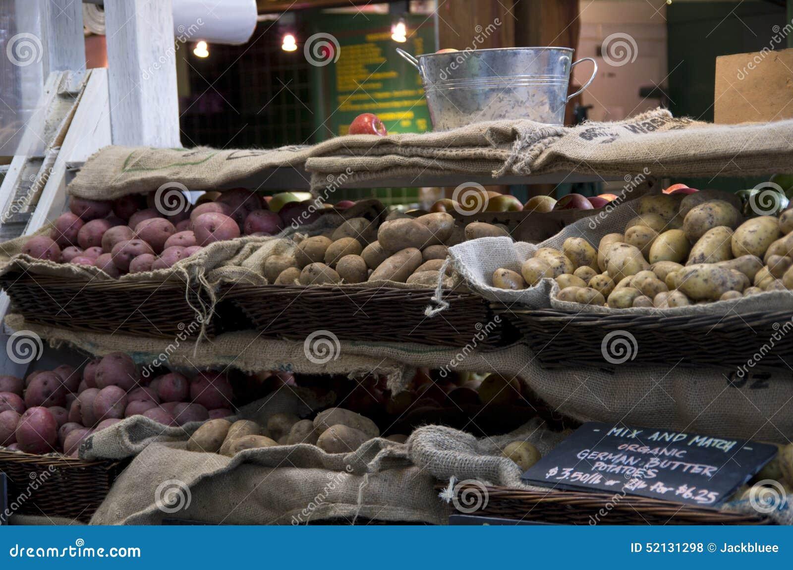 Organiska potatisar i marknad