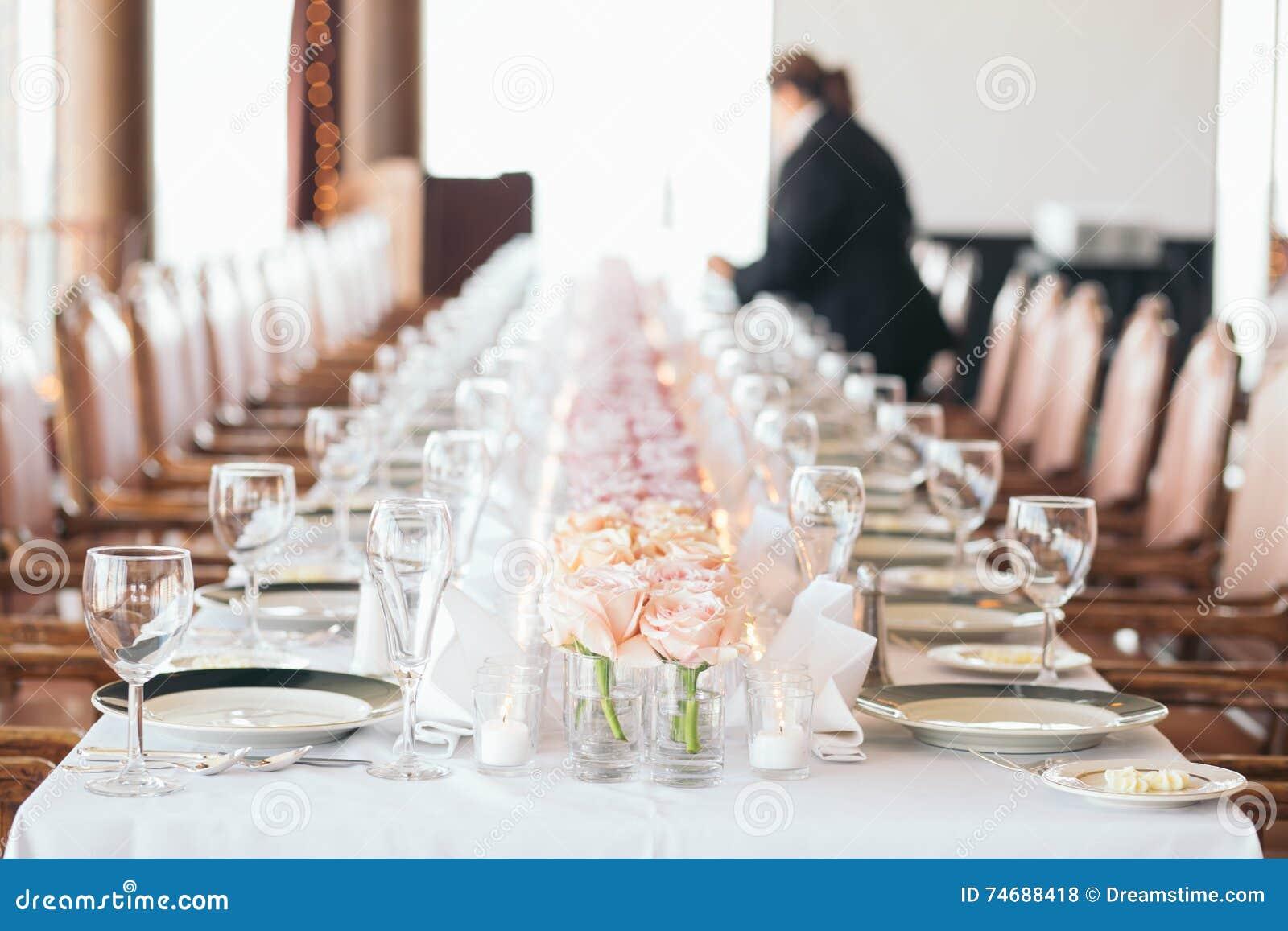 Organizatorów przyjęć setów stół Długi rząd Różowi kwiaty