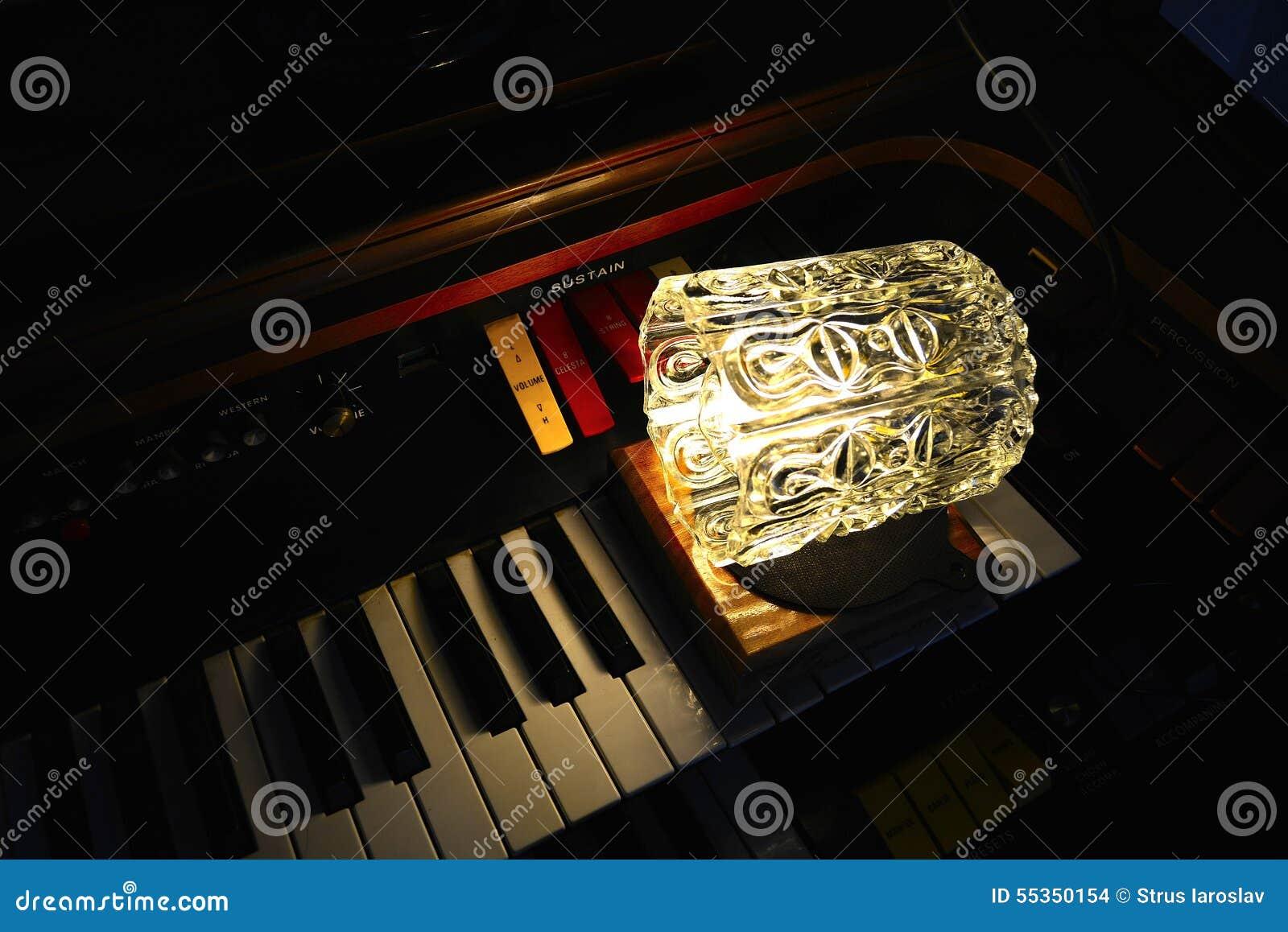 Organo elettronico con la lampada del sottotetto