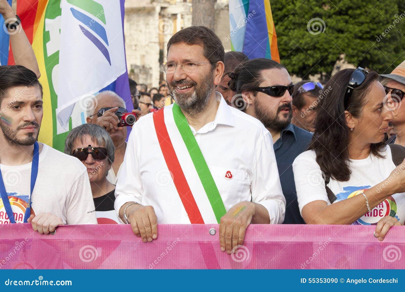 Orgoglio di Roma 2015 - gay Pride Italy - il sindaco di Roma all inizio della parata