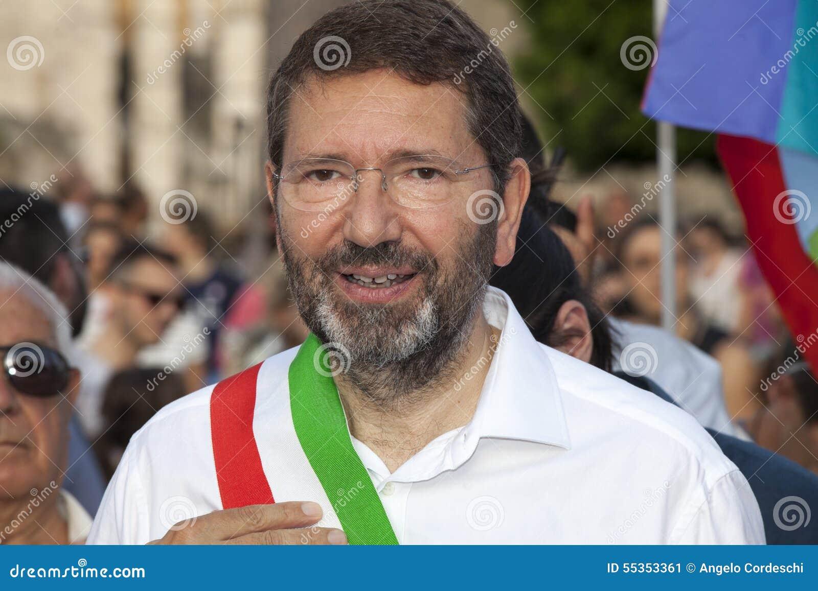 Orgoglio di Roma 2015 - gay Pride Italy - il sindaco di Roma Marino all inizio della parata