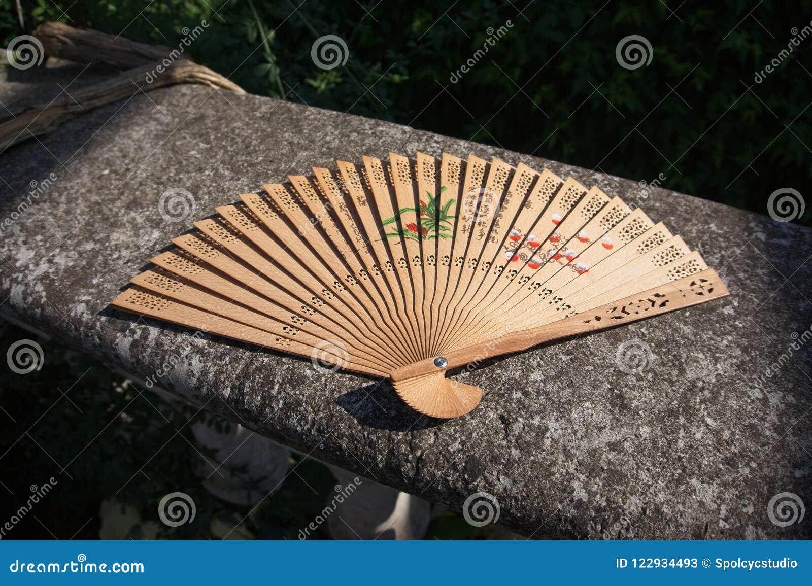 Orientał rzeźbiący drewniany ręki fan
