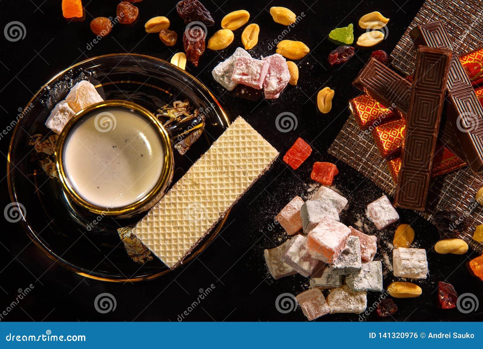 Orientalische Bonbons Natyutmort und eine Schale heißer Kaffee