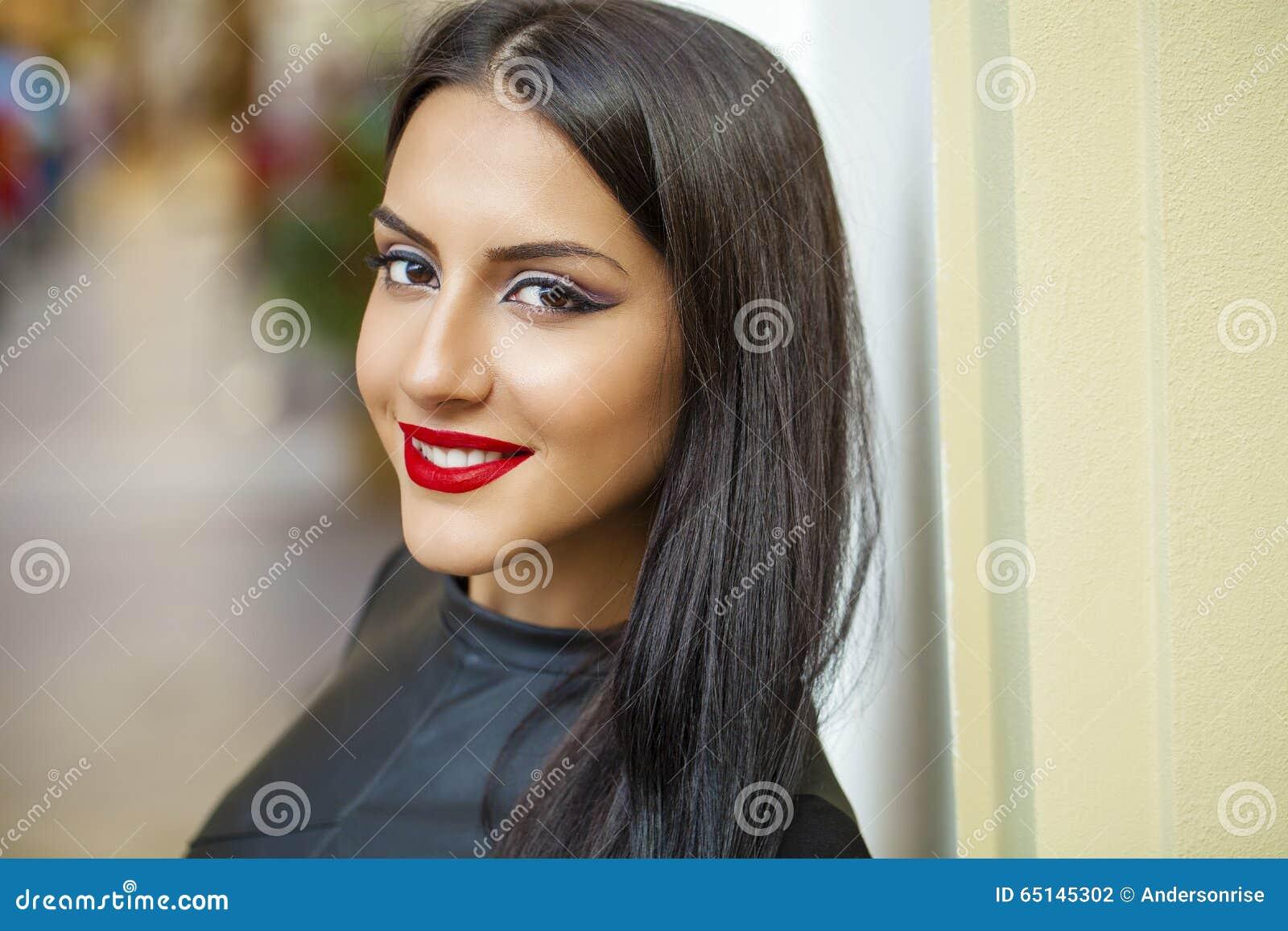 Orientalisk stil Sinnlig arabisk kvinnamodell Härlig ren hud