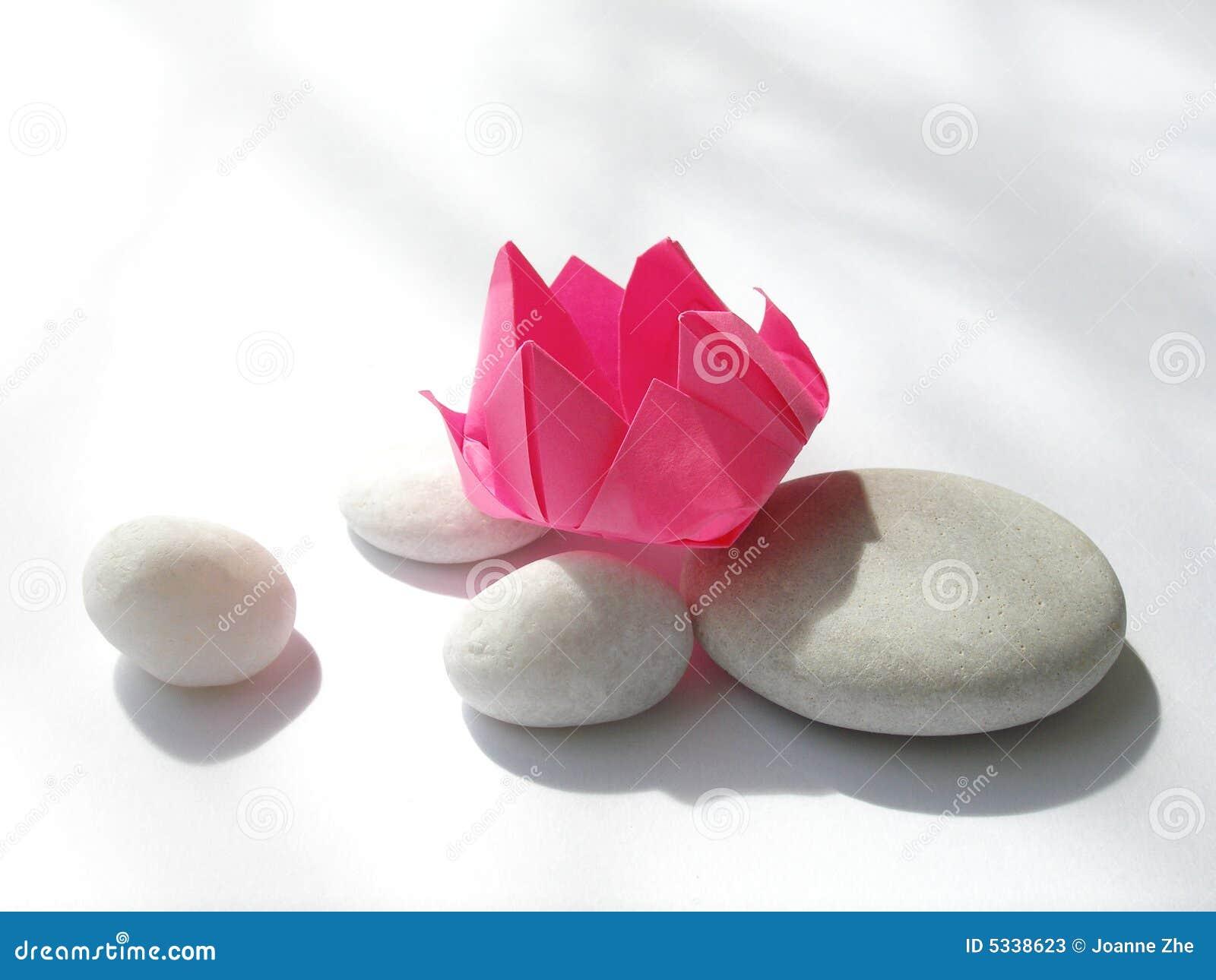 Origami de fleur de lotus, cailloux