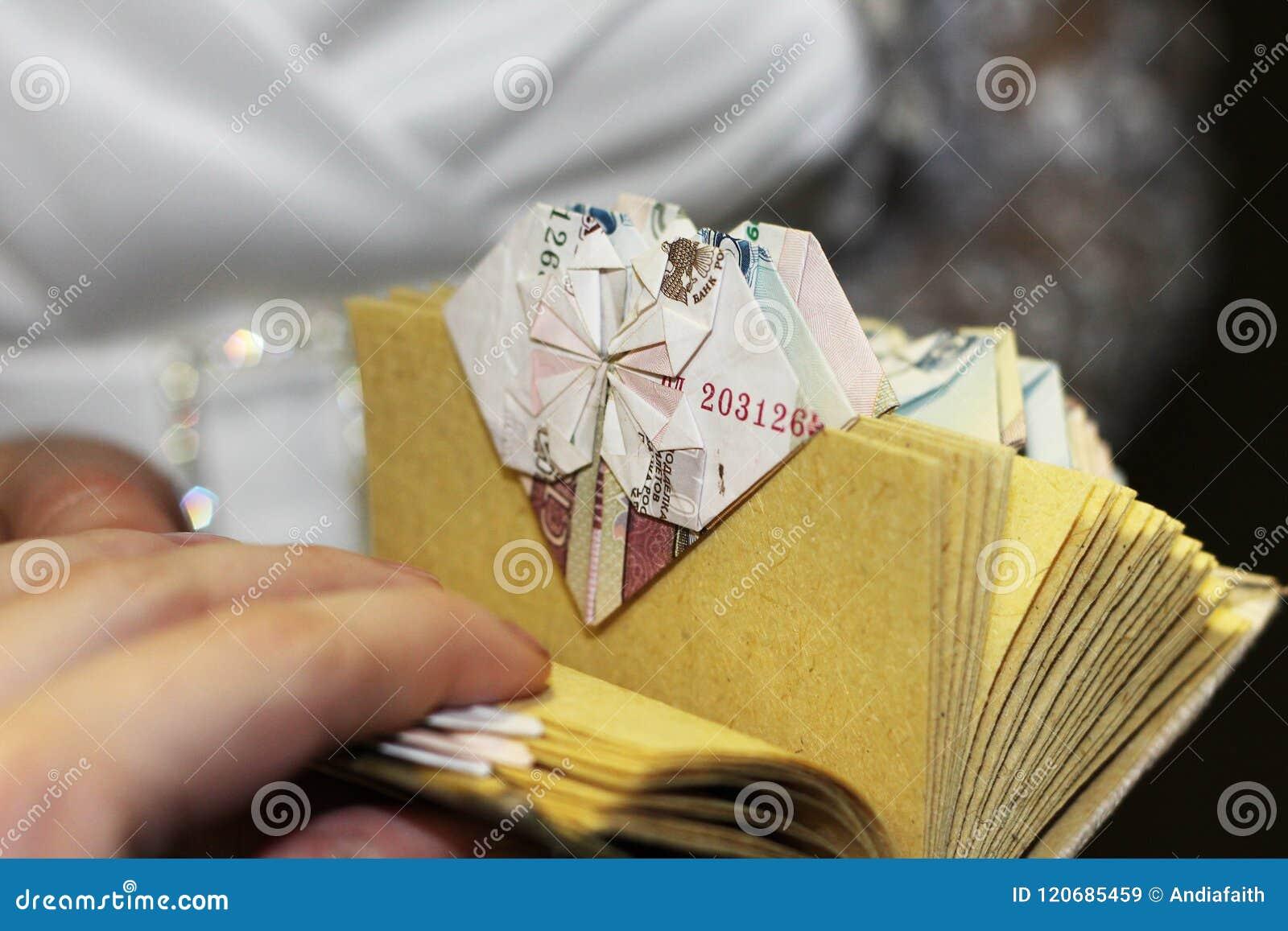 Origami Fait à Partir De Largent Comme Cadeau Pour Un