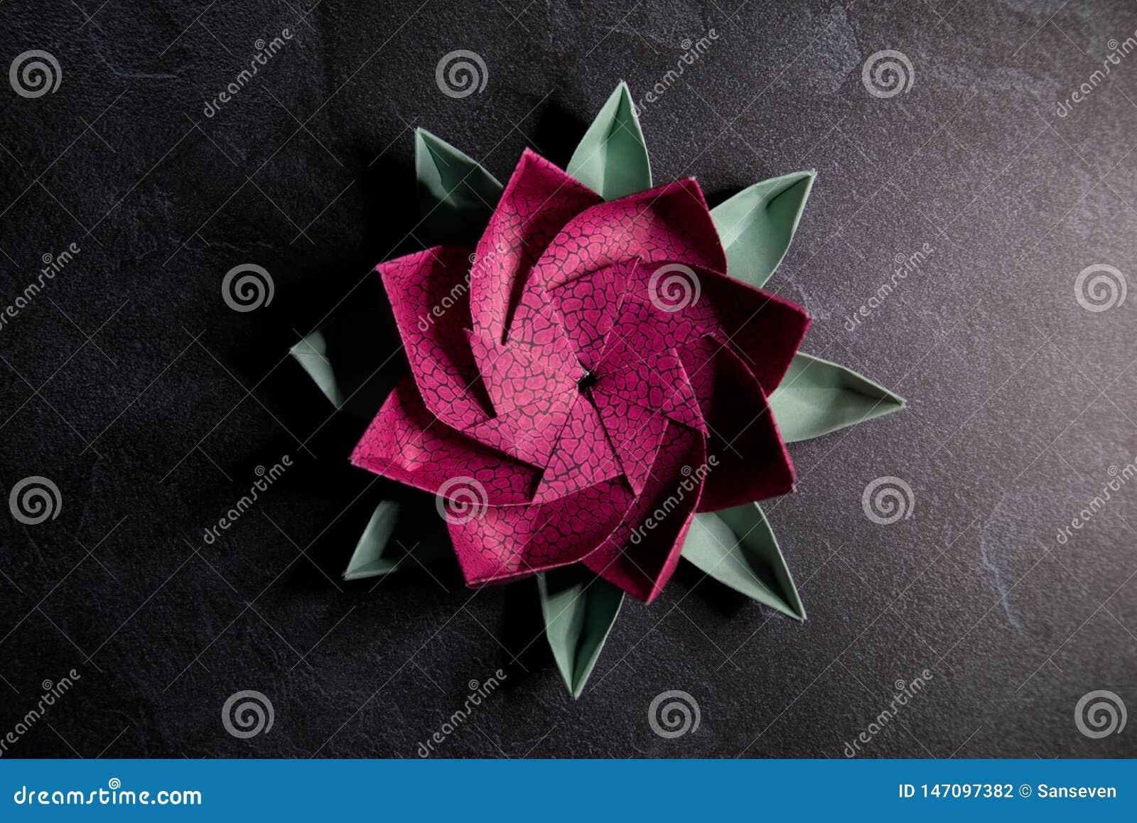 Origami rose Lotus Flower - art de papier sur le fond texturis?