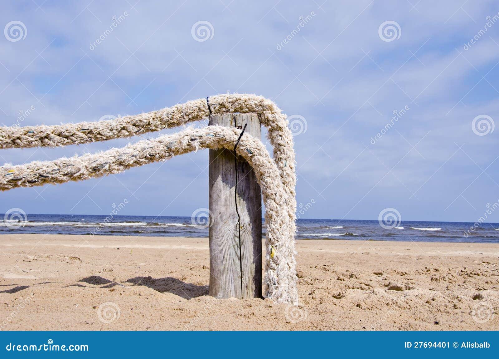 Repstaket på havet för semesterortstrandnea fotografering för ...