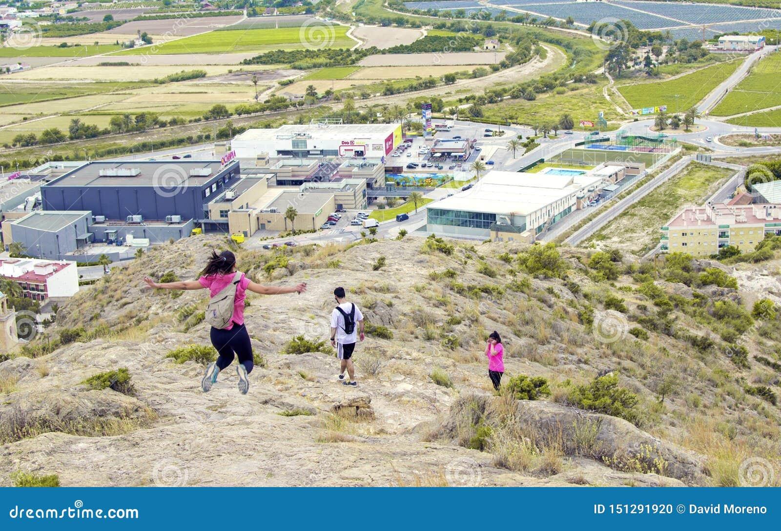 Orihuela, España - 22 de junio de 2019: Grupo que camina ir a lo largo de la colina el verano